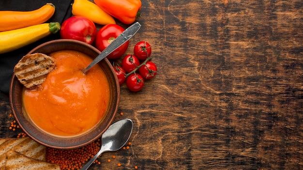 Draufsicht der schüssel mit winterkürbissuppe und toast