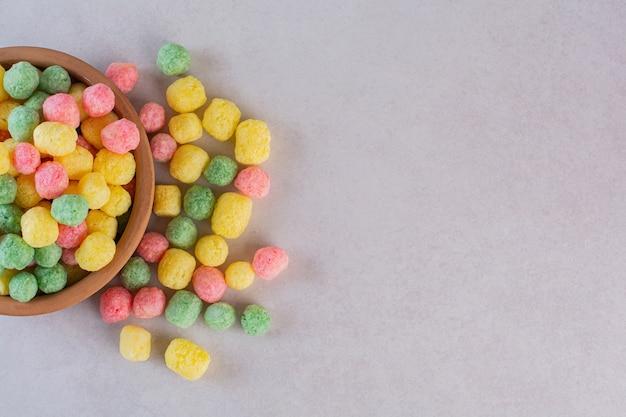 Draufsicht der selbst gemachten bunten bonbons auf grau