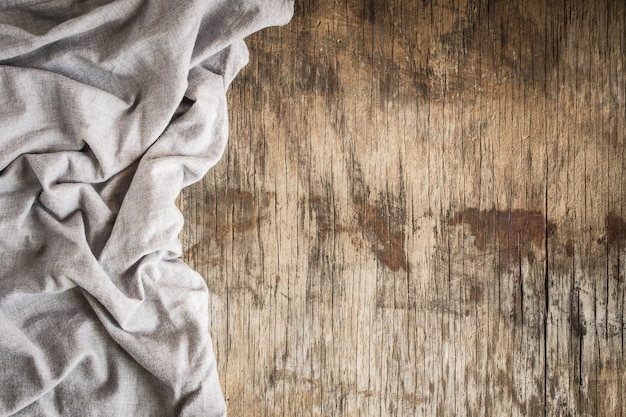 Draufsicht der serviette auf leerem altem hölzernem hintergrund