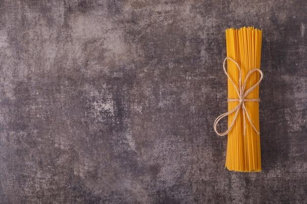 Draufsicht der spaghettis mit kopienraum auf grauer oberfläche