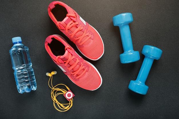 Draufsicht der sportkleidung, der dummköpfe und der digitalen geräte lokalisiert auf grau