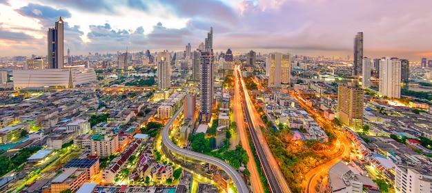 Draufsicht der stadt bangkok bei sonnenaufgang im bereich thonburi