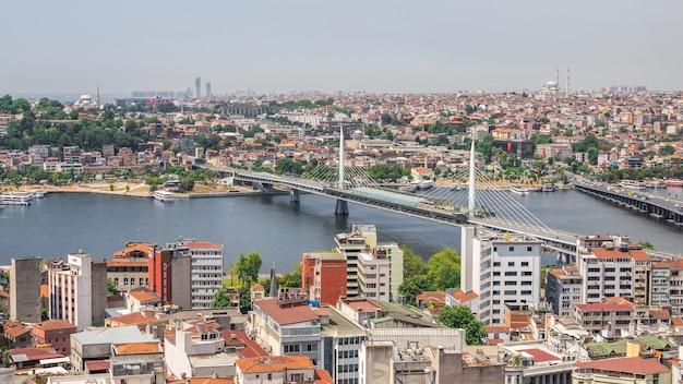 Draufsicht der stadt istanbul und der atatürk-brücke in der türkei