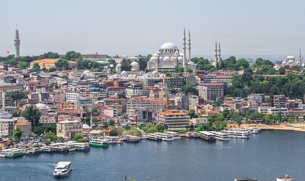 Draufsicht der stadt istanbul und des docks für bosporus-reisen in der türkei