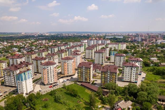 Draufsicht der stadtentwicklungsstadtlandschaft mit hohen wohngebäuden und vorstadthäusern. drohnen-luftaufnahmen.