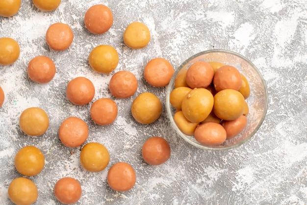 Draufsicht der süßen bonbons auf weißer oberfläche