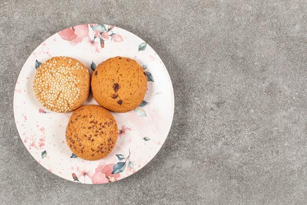 Draufsicht der süßen kekse auf weißem teller.