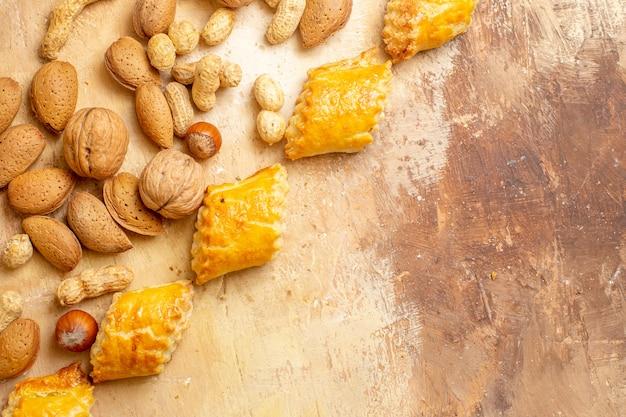 Draufsicht der süßen kuchen des leckeren nussgebäckes