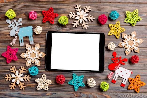 Draufsicht der tablette am hölzernen hintergrund des feiertags