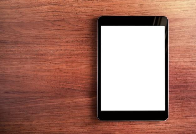 Draufsicht der tablette des leeren bildschirms auf dunkelbraunem holztisch