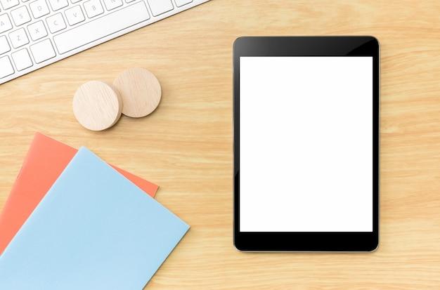 Draufsicht der tablette des leeren bildschirms mit blauem notizbuch und tastatur