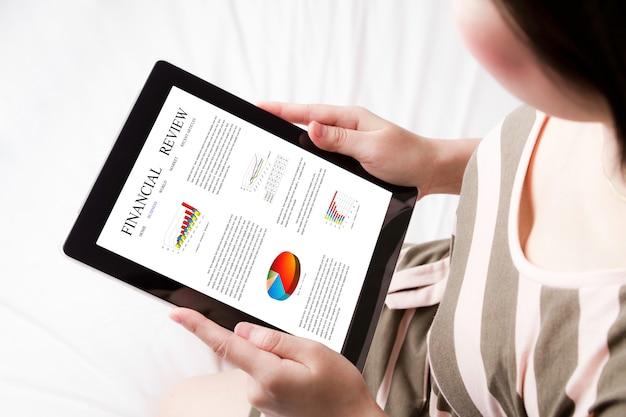 Draufsicht der tablette mit einem finanzbericht