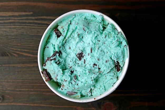 Draufsicht der tadellosen schokolade chip ice cream in einer großen schale auf dunkelbraunem holztisch