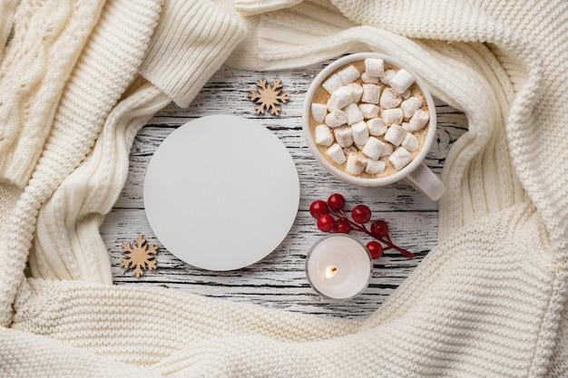 Draufsicht der tasse heißen kakaos mit marshmallows und kerze