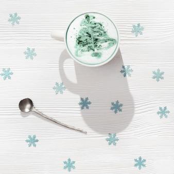 Draufsicht der tasse kaffee-cappuccino mit muster-neujahrsbaum