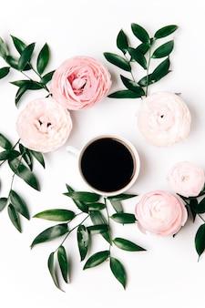 Draufsicht der tasse kaffee und pfingstrosenblüten auf weißem hintergrund
