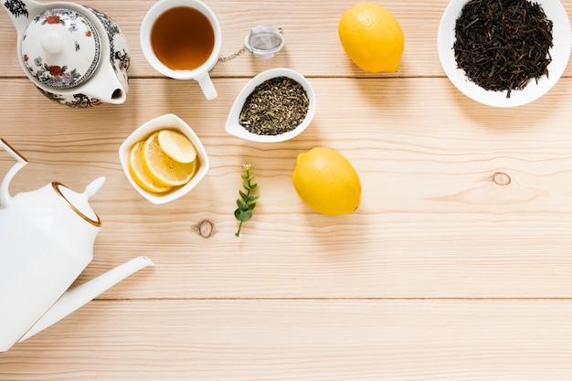 Draufsicht der teekanne und der teeblätter