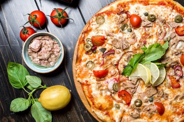 Draufsicht der thunfischpizza-tomatenkapern-käsezwiebeloliven