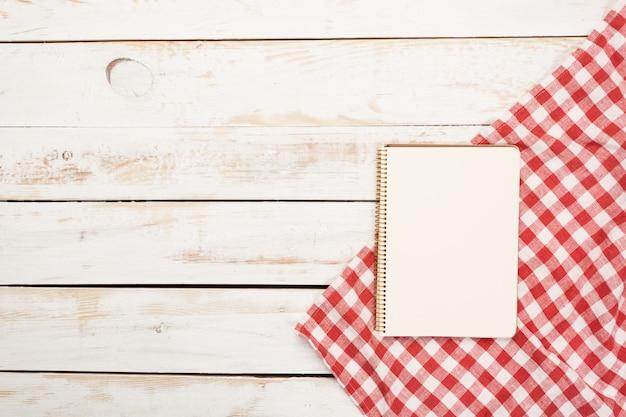 Draufsicht der tischdecke, küchenserviette auf holztisch