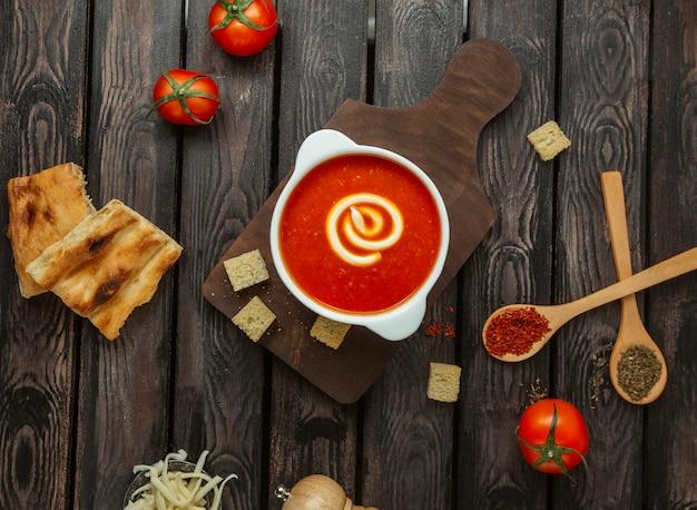 Draufsicht der tomatensuppe auf dem tisch