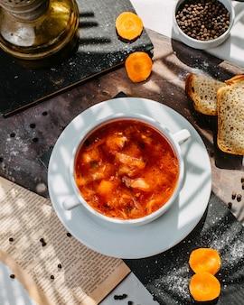 Draufsicht der traditionellen russischen kohlsuppe mit fleisch in einer weißen schüssel