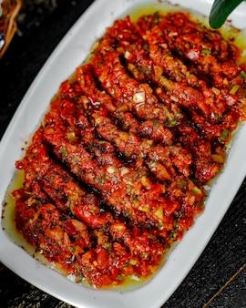 Draufsicht der türkischen beilage mit paprika-zwiebel-tomaten-kräutermischung in olivenöl