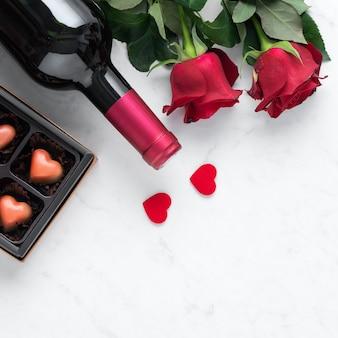 Draufsicht der valentinstagschokolade mit rose und wein, festliches geschenkdesignkonzept für besondere feiertagsdatierung.