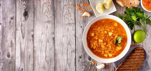 Draufsicht der veganen roten linsensuppe mit bestandteilen