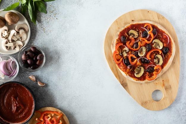 Draufsicht der vegetarischen pizza mit pilzen