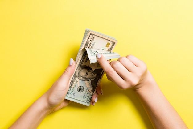 Draufsicht der weiblichen hände, die geld zählen