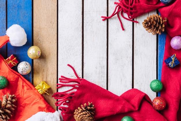 Draufsicht der weihnachtsdekoration auf holztisch. freier platz für text