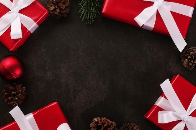 Draufsicht der weihnachtsdekoration mit geschenkboxen auf grunge-tisch