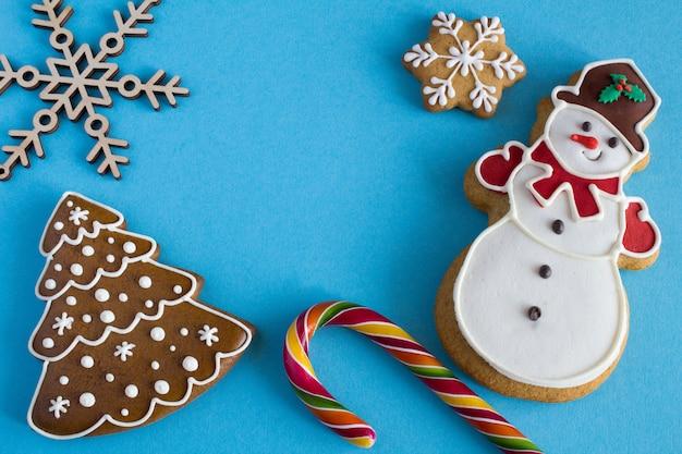 Draufsicht der weihnachtslebkuchen auf einer blauen oberfläche