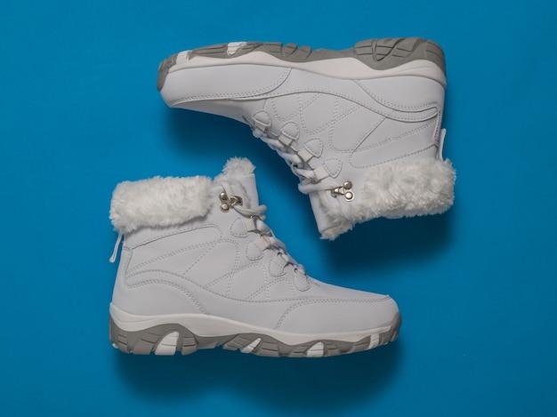 Draufsicht der weißen frauenwinterschuhe. sportschuhe für den winter.