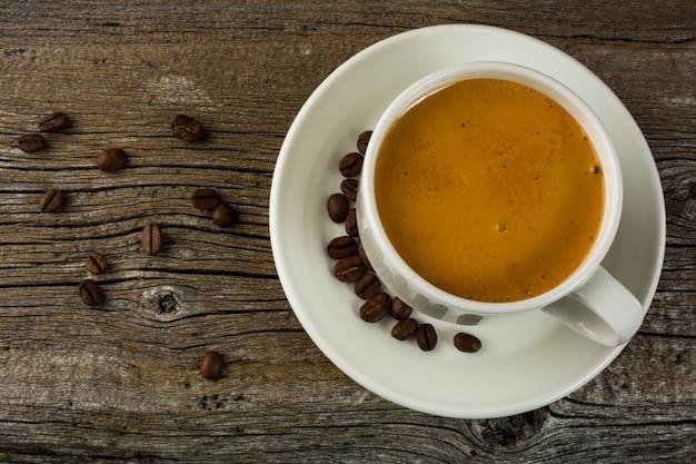 Draufsicht der weißen kaffeetasse