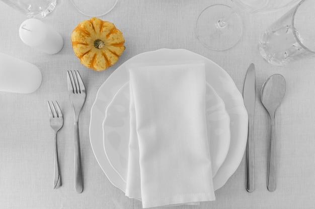 Draufsicht der weißen platten auf tisch mit kopierraum