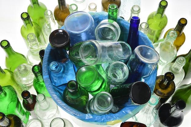 Draufsicht der wiederverwertung des glases auf weiß