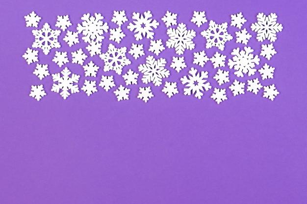 Draufsicht der winterverzierung gemacht von den weißen schneeflocken