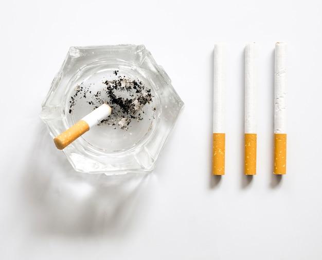 Draufsicht der zigarettenanordnung der schlechten gewohnheit
