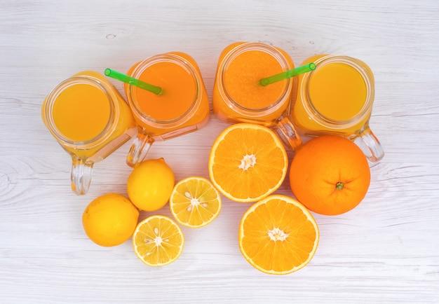 Draufsicht der zitrone und des orangensaftes über oberfläche