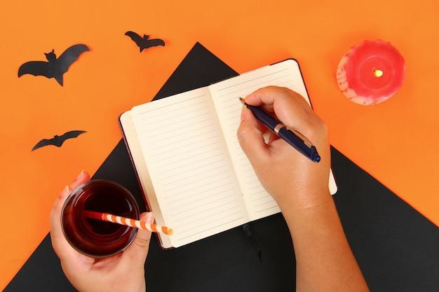 Draufsicht der zubehördekoration glückliches halloween-festivalhintergrundkonzept.