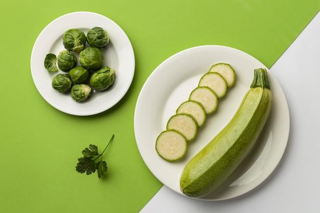 Draufsicht der zucchini auf teller mit rosenkohl