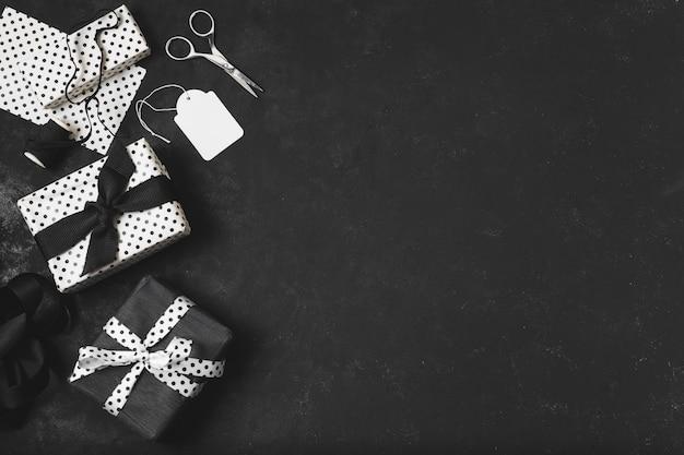 Draufsicht der zusammenstellung der geschenke mit exemplarplatz