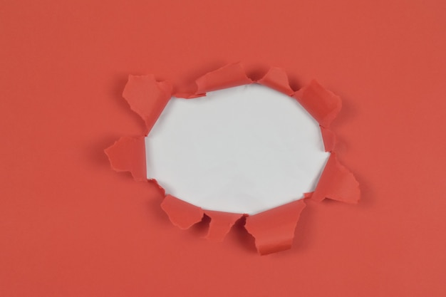 Draufsicht des abstrakten hintergrundkonzeptes mit zerrissenem rotem papier auf weißem hintergrund und kopienraum