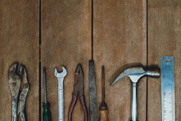 Draufsicht des alten instrumentenbauers oder der renovierung für bau- und reparaturhaus auf rustikalem schmutzholzhintergrund