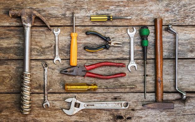 Draufsicht des alten technischen werkzeugs über braunes hölzernes