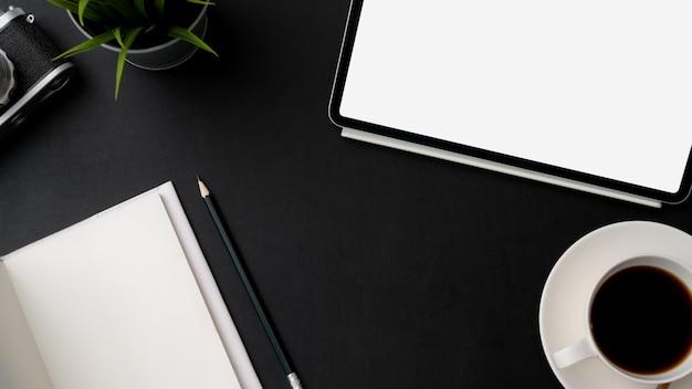 Draufsicht des arbeitsplatzes mit digitalem tablett, briefpapier und kaffeetasse