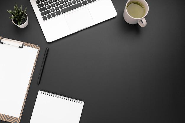 Draufsicht des arbeitsplatzes mit kopienraum und -laptop