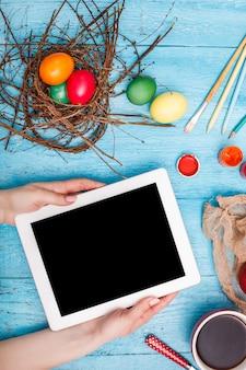 Draufsicht des arbeitsplatzes mit tablette an der osterzeit