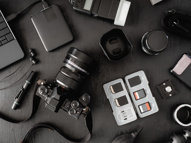 Draufsicht des Arbeitsplatzfotografen und des Zubehörs
